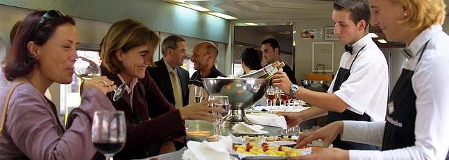 Servicio de cafetería a bordo de trenes AVE, tómate algo mientras viajas. 2