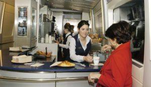 Servicio de cafetería a bordo de trenes AVE, tómate algo mientras viajas.